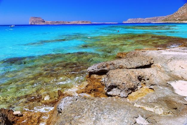 Seeufer mit klarem meerwasser und stein. strand balos, griechenland, kreta, europa. schöner meerblick.