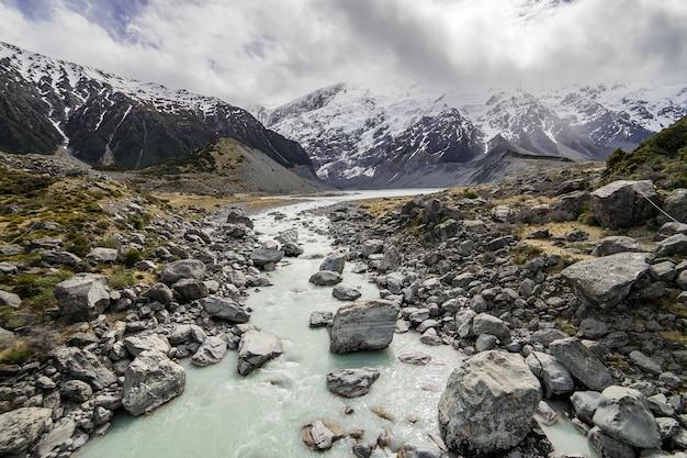 Seeweg zum berg in mont cook valley neuseeland