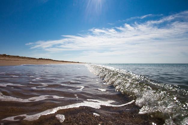 Seewelle auf weißem sand