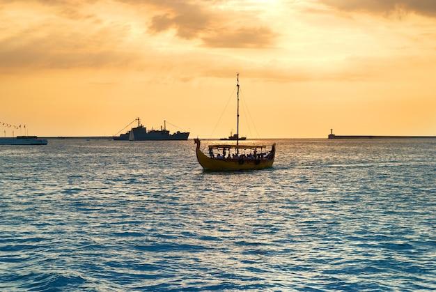 Segelboot auf dem meer gegen schönen sonnenuntergang