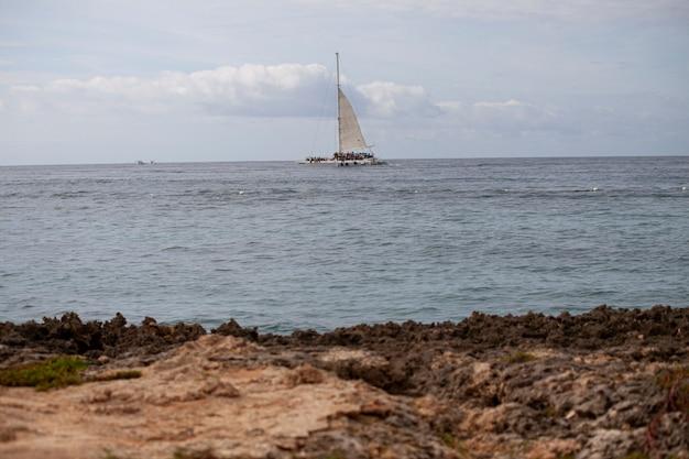 Segelboot bei bayahibe am horizont während des tages