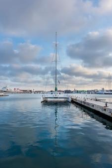 Segelboot im hafen von valencia