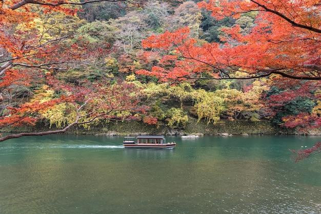 Segelboot im herbst, arashiyama, kyoto, japan