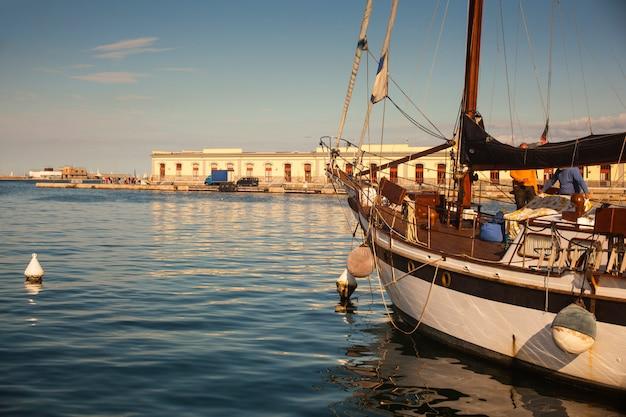 Segelboot in der trieste pier geparkt