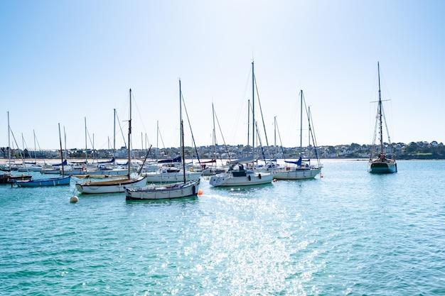 Segelboote machten an bojen im hafen von erquy in der bretagne fest