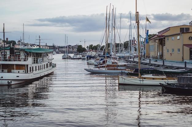 Segelboote und yachten auf dem pier in stockholm vor dem stadtzentrum