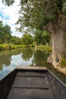 Segeln mit dem boot auf den natürlichen wasserkanälen zwischen la garette und coulon, marais poitevin das grüne venedig, in der nähe der stadt niort, frankreich