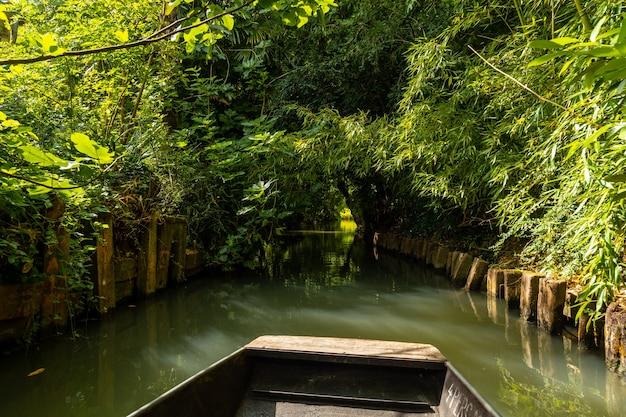 Segeln mit dem boot zwischen la garette und coulon, marais poitevin das grüne venedig, in der nähe der stadt niort, frankreich