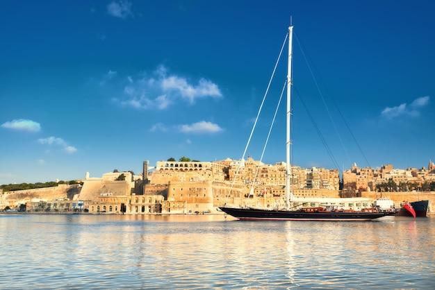 Segelschiff betritt großartige valletta-bucht an einem hellen tag