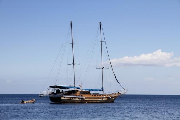 Segelschiff, das auf mittelmeer navigiert