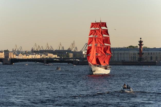 Segelschiff mit scharlachroten segeln in der newa sankt petersburg