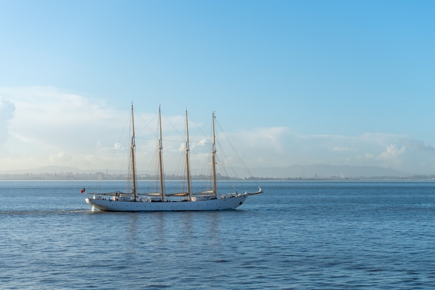 Segelschiff mit vier masten auf see