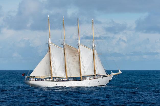 Segelschiff mit vier weißen segeln