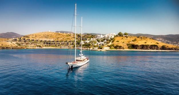 Segelschiff-yachten auf offenem meer drohnen-luftbild zum segelboot luftbild der ankeryacht