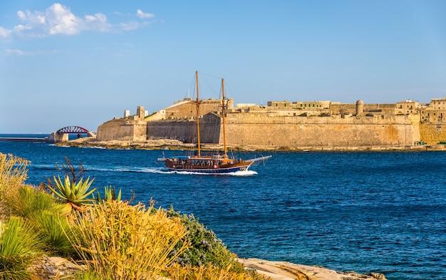 Segelvassel vorbei am hafen von marsamxett in malta