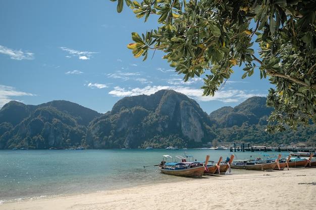 Sehen sie das long-tail-boot an, das am hafen an ton sai bay, phi phi-inseln, andamanensee, thailand andockt.