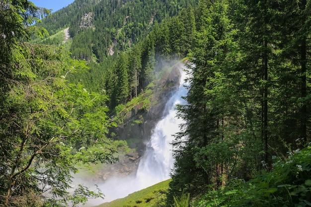 Sehen sie den alpinen inspirierenden krimmler wasserfall in den bergen am sommertag an. trekking im nationalpark hohe tauern, österreich