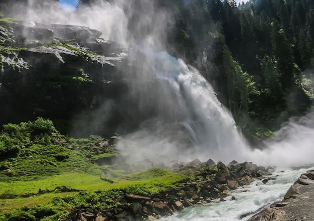 Sehen sie den alpinen inspirierenden krimmler wasserfall in den bergen am sommertag an. trekking im nationalpark hohe tauern, österreich Premium Fotos