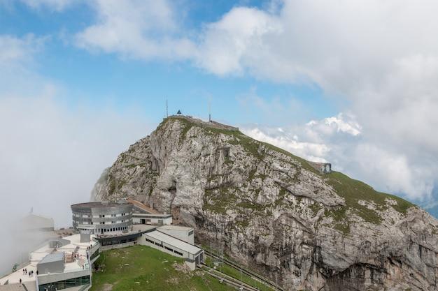 Sehen sie die bergszene vom oberen pilatus kulm im nationalpark luzern, schweiz, europa an. sommerlandschaft, sonnenscheinwetter, dramatischer himmel und sonniger tag