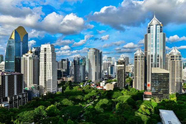 Sehen sie kommerzielles modernes gebäude und kondominium in der stadt im stadtzentrum gelegenem bangkok thailand an