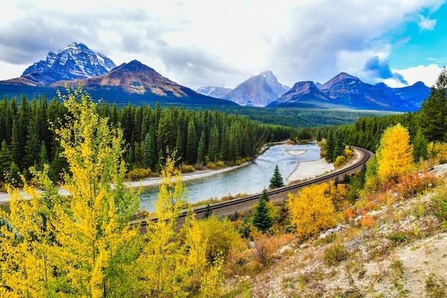 Sehen sie morants kurven-eisenbahn in kanadischen rockies im herbst, banff-nationalpark an