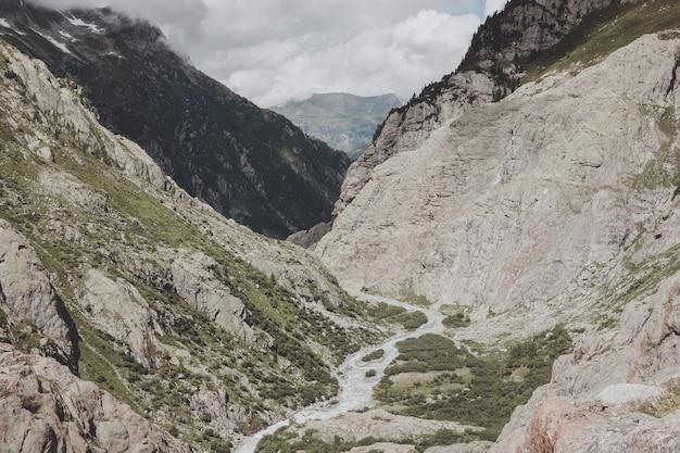 Sehen sie nahaufnahme flussszenen in bergen, nationalpark schweiz, europa an. sommerlandschaft, sonnenscheinwetter, dramatischer blauer himmel und sonniger tag