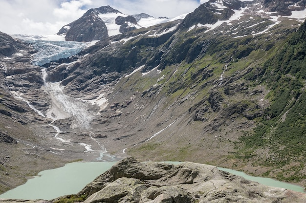 Sehen sie nahaufnahme seeszenen in bergen, nationalpark schweiz, europa an. sommerlandschaft, sonnenscheinwetter, dramatischer blauer himmel und sonniger tag