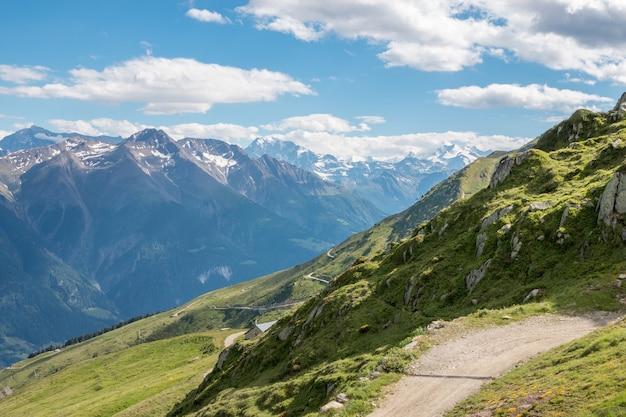 Sehen sie nahaufnahmebergszenen an, routen sie den großen aletschgletscher im nationalpark schweiz, europa. sommerlandschaft, blauer himmel und sonniger tag
