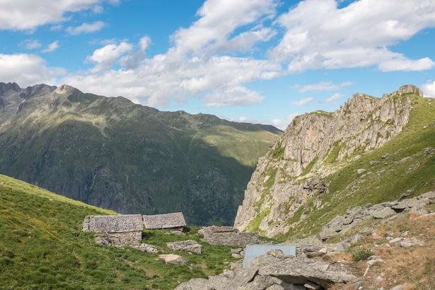 Sehen sie sich die nahaufnahme der berge, die route des großen aletschgletschers im nationalpark schweiz, europa an. sommerlandschaft, sonnenscheinwetter, blauer himmel und sonniger tag
