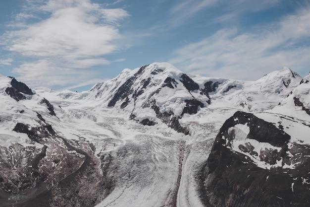 Sehen sie sich die nahaufnahme der berge im nationalpark zermatt, schweiz, europa an. sommerlandschaft, sonnenscheinwetter, dramatischer blauer himmel und sonniger tag