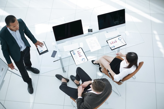 Sehen sie sich vom top-business-team in einem modernen büro das geschäftskonzept an
