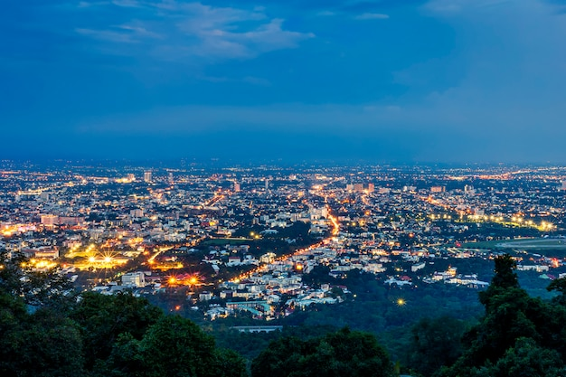 Sehen sie stadtbild über dem stadtzentrum von chiang mai, thailand in der dämmerungsnacht an.