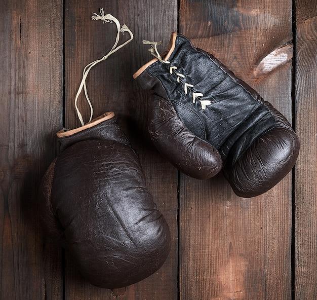 Sehr alte braune boxhandschuhe