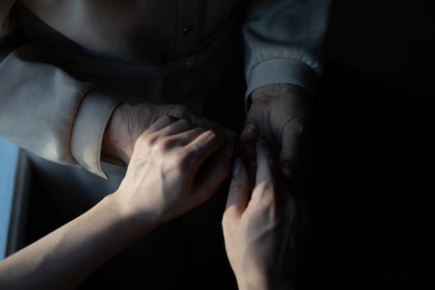 Sehr alte urgroßmutter und enkelin halten händchen