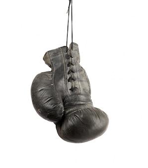 Sehr alter schwarzer rechter boxhandschuh, der an einer schnur lokalisiert hängt