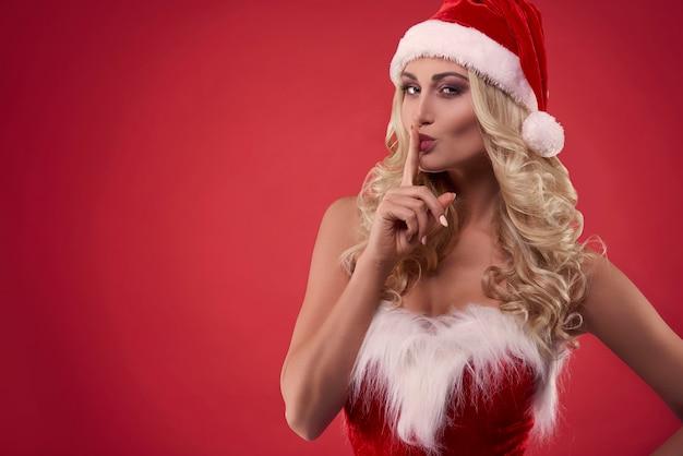 Sehr attraktive blonde frau mit weihnachtsmütze
