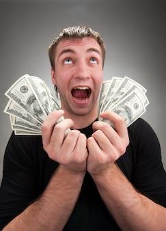 Sehr aufgeregter mann mit geld