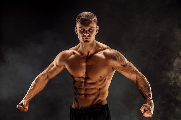 Sehr bulliger bodybuilder posiert. schöne sportliche männliche kraft. fitness muskulöser mann.