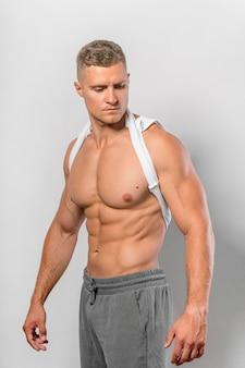 Sehr fitter mann, der ohne hemd posiert
