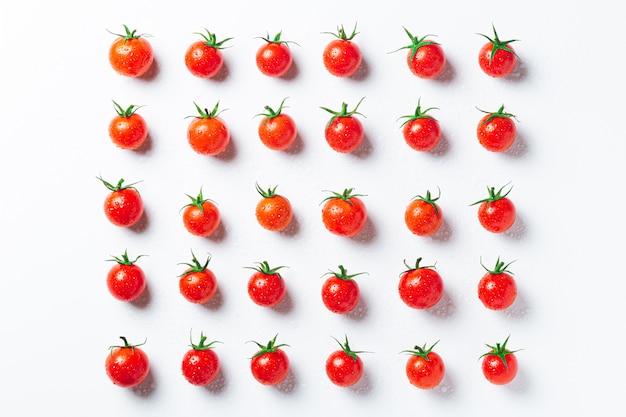 Sehr frische tomaten in symmetrischer zusammensetzung