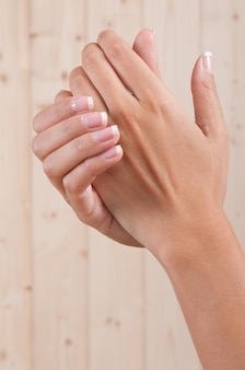 Sehr gepflegte frauenhände nach einer behandlung für die weichheit ihrer haut
