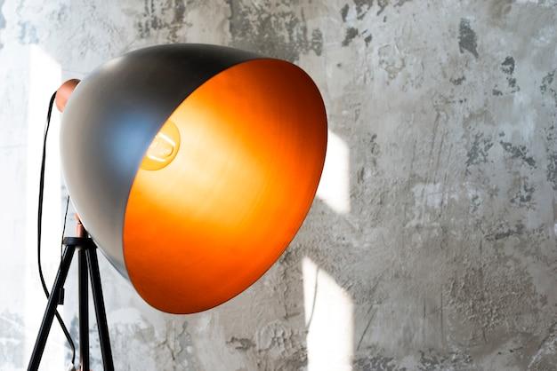 Sehr große schwarze metallische lampe mit gelbem licht