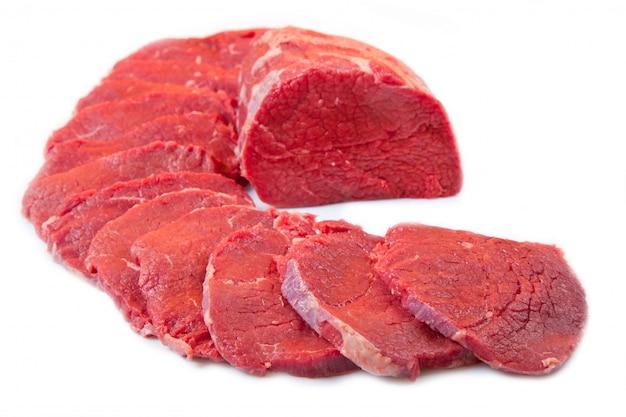 Sehr großer roter fleischklumpen und -steak getrennt auf weiß