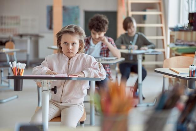 Sehr junge glückliche kinder machen unterricht in der grundschule