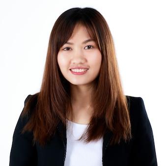 Sehr junge teenager-geschäftsfrau im formellen schwarzen anzug lächelt mit süßem und selbstbewusstem beginn des arbeitslebens im modernen büro. konzept für studienanfänger und den ersten tag der berufslaufbahn.
