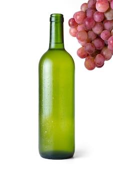 Sehr kalte weißweinflasche mit bündel roten trauben mit weiß
