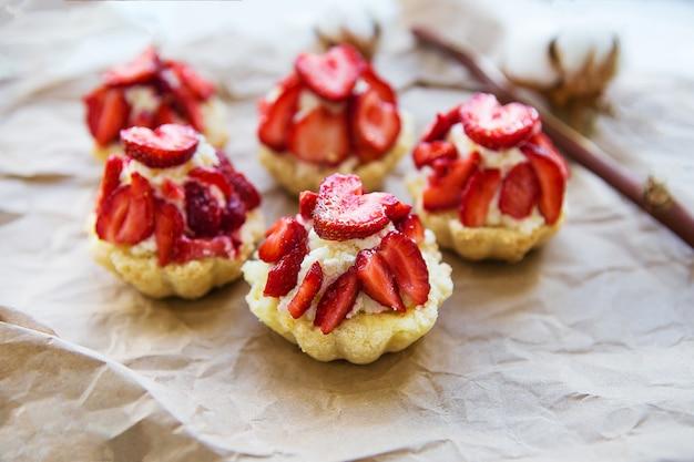 Sehr leckere muffins mit frischen erdbeeren