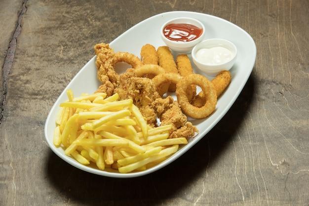 Sehr leckeres hausgemachtes knuspriges brathähnchen mit pommes frites