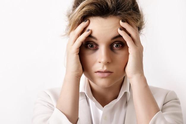 Sehr müde geschäftsfrau. konzepte der überstundenarbeit und probleme in der wirtschaft.
