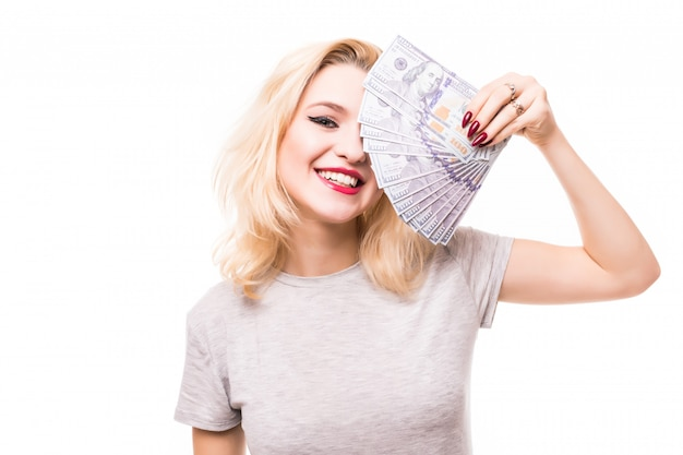 Sehr reiche lächelnde frau bedecken ihr hübsches gesicht mit geld